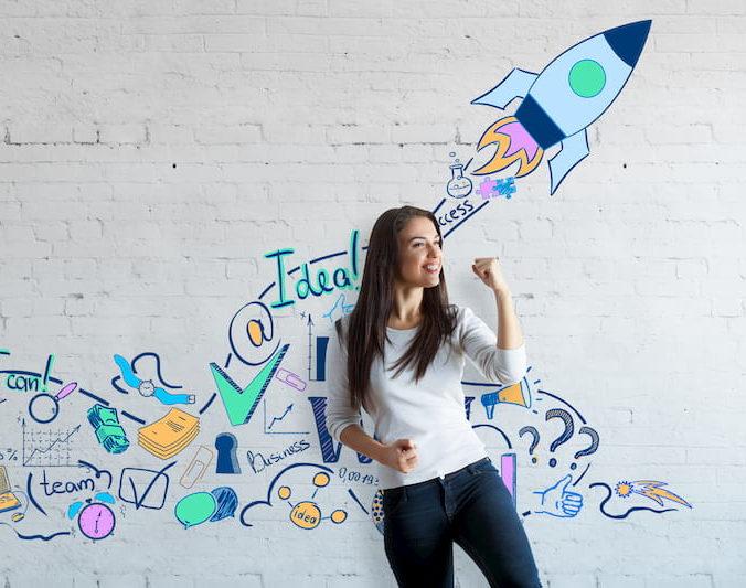 femme levant le poing devant un mur décoré