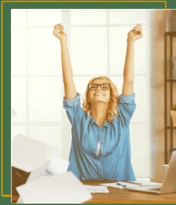 femme heureuse à son bureau